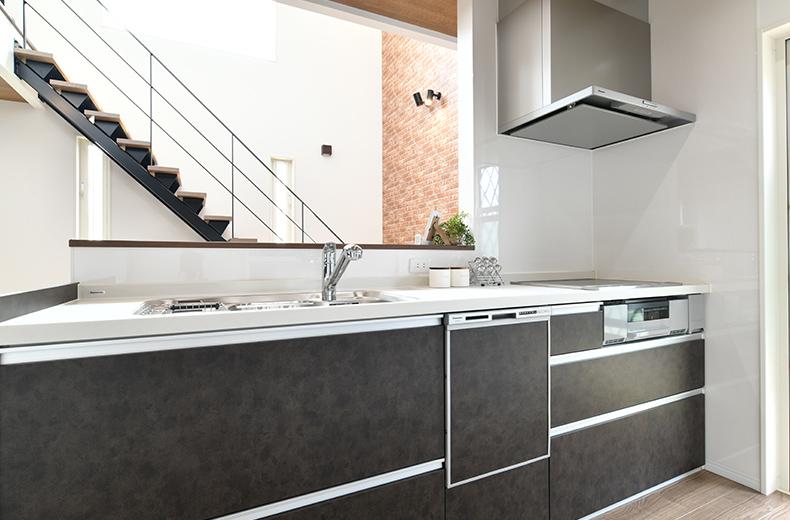 テクノホームヤマト 質感のあるチャコールグレーのキッチン