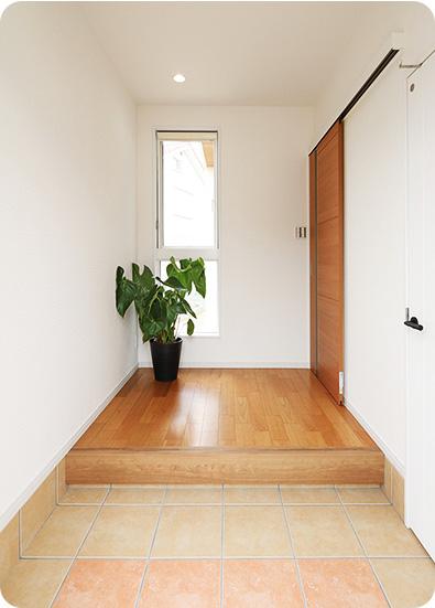 シューズクロークのある明るい玄関