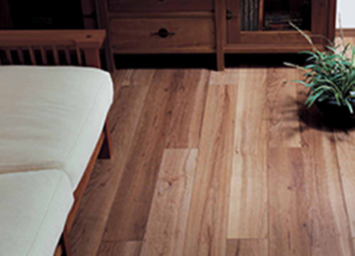 ムクの風合いを感じる床材